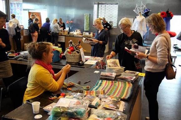 Et kig ind i salen. Forrest er det Charlotte Kaae fra Knitting by Kaae, der demonstrerer strikketeknikker på standen.