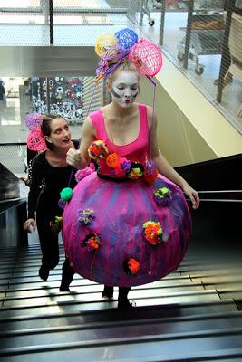 """AFUK – Akademiet For Utæmmet Kreativitet – stod for den afsluttende surprise – med farverige kostumer (""""Skulptøj"""") og optræden. (Alle fotos: Lars Pryds)"""