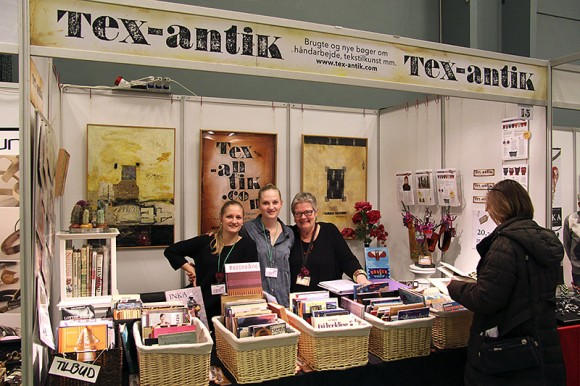 Nina Maja, Eva Lone og Lisbeth er klar at betjene de mange, der fandt gode håndarbejdsbøger i kurvene.