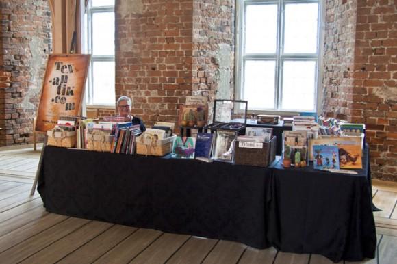 Lisbeth i et roligt øjeblik bag bogkurvene. De stemningsfyldte rum dannede en smuk ramme om messen.