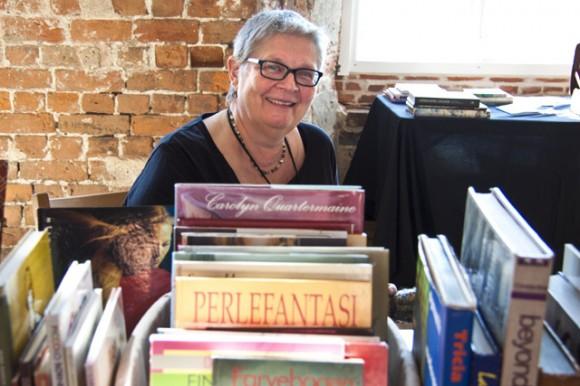 """Lisbeth bag masser af bøger – fra """"Perlefantasi"""" over Tricia Guild til Jack Lenor Larsen og Mildred Constantine's klassiker """"Beyond Craft – the Art Fabric""""."""