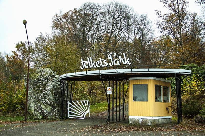 """Indgangen til Folkets Park. TEX-antik på Glimåkra Vävdagar, 22.-24. oktober 2014. TEX-antiks stand er at finde på """"Medvind"""" i en stor rå fabrikshal. Foto: Lars Pryds"""